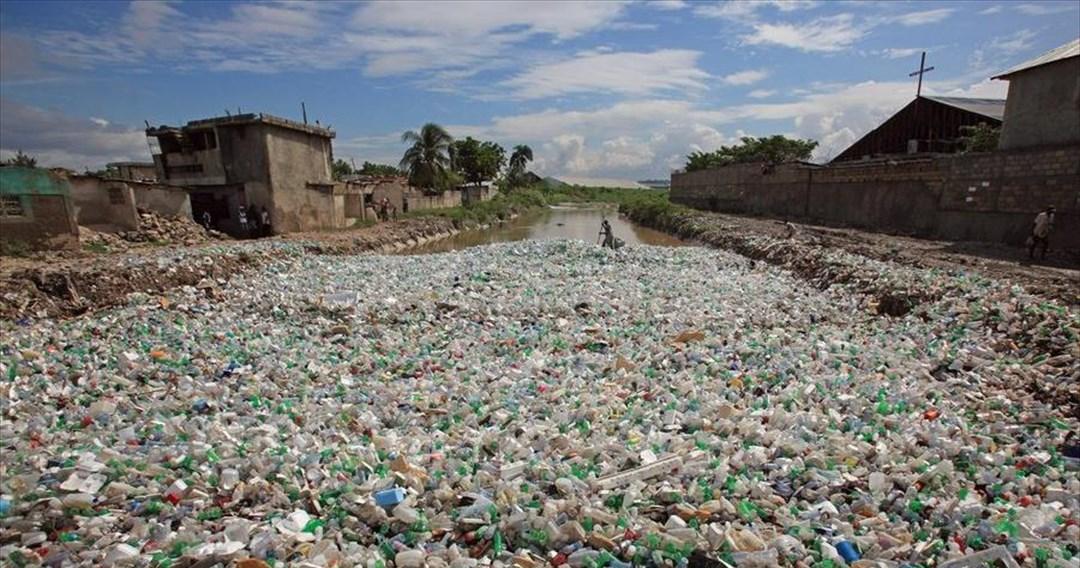 O κόσμος παράγει ετησίως αστικά απόβλητα αρκετά να καλύψουν 800.000 πισίνες ολυμπιακών διαστάσεων